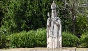 L'une des statues de St Martin édifiées à Lerné.