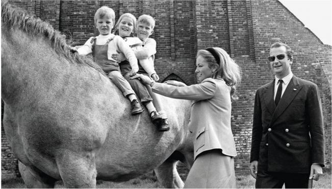 Premiers plaisirs équestres pour les enfants de la famille royale d'Espagne (page de gauche, à gauche) ou de Belgique (ci-dessous). L'empereur Akihito du Japon était un fin cavalier de concours (page de gauche, à droite). Il réussit un jour à dompter Silver Lining, le farouche cheval blanc de la princesse Lilian de Réthy. Comme durant son enfance en Argentine, la reine Maxima des Pays-Bas (ci-dessus, à gauche) aime être en selle. Rapide et précis, S.A. Sawai Padmanabh Singh, le maharadjah de Jaipur (à droite), est un joueur de polo passionné.