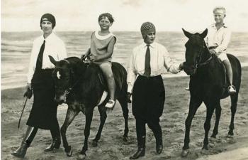Cavalier émérite, le prince Philip (à gauche) trouva un grand bonheur dans la conduite sportive d'attelages lorsque le polo lui fut interdit. Enfants et en selle, le roi Michel de Roumanie (1921-2017) et le prince Philip de Grèce (1921-2021), avec, au côté de leur monture, leurs mères respectives, la princesse Hélène de Grèce et la princesse Alice de Battenberg.