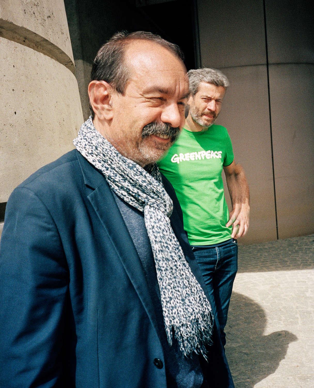 Philippe Martinez (CGT) et Jean-François Julliard (Greenpeace), au pied du ministère des finances, à Bercy, à l'occasion d'une action commune contre la fermeture de la papeterie de Chapelle Darblay.