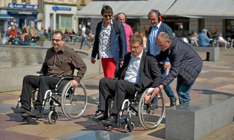 Place De-Gaulle, les pavés ne sont pas les meilleurs amis des personnes en fauteuil roulant.